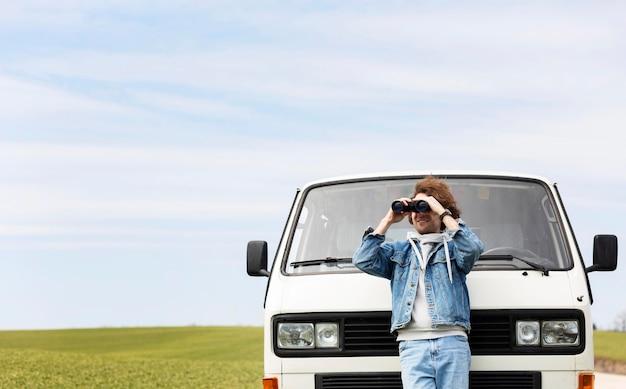Hombre con binoculares tiro medio