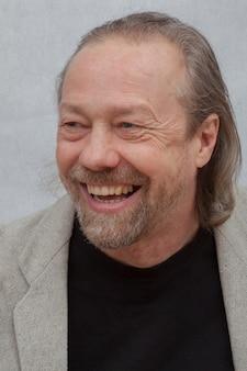 Hombre blanco alegre con barba.