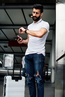 Hombre blanco llevando equipaje