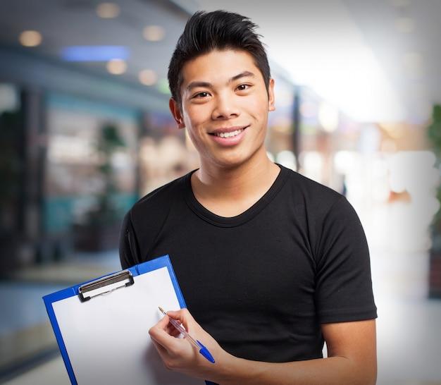 Hombre con un bolígrafo y una tabla de comprobación