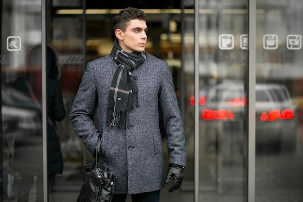Hombre con bolsa afuera