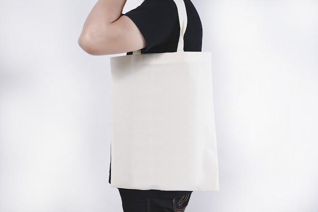 Hombre con bolsas de algodón mochila ecológica
