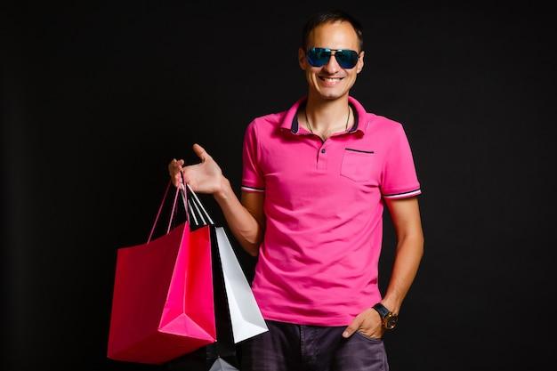 Hombre con bolsas de la compra el viernes negro