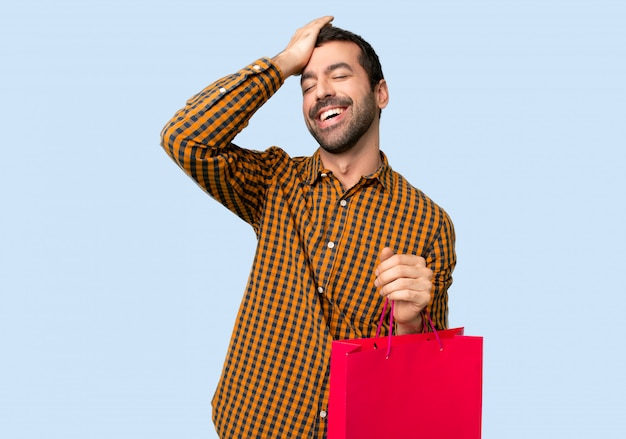El hombre con bolsas de compras acaba de darse cuenta de algo y tiene la intención de encontrar la solución