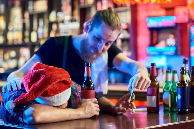 Hombre borracho en fiesta de navidad en pub