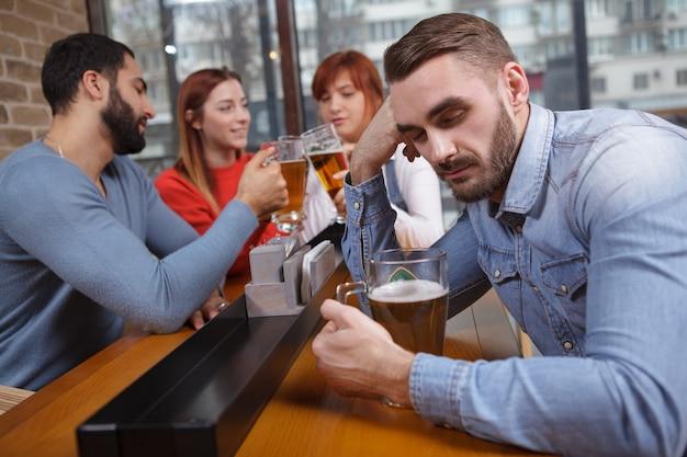 Hombre borracho en el pub de cerveza