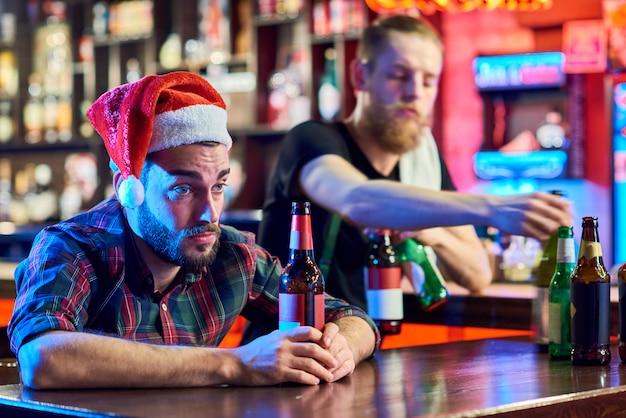 Hombre borracho en pub en navidad