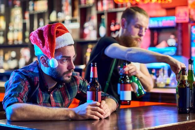 Hombre borracho solitario en navidad