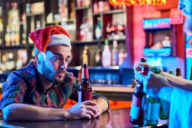 Hombre borracho solo en navidad