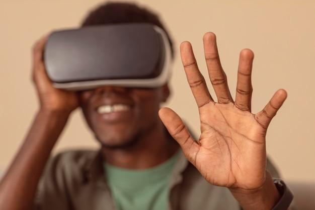 Hombre borroso con casco de realidad virtual