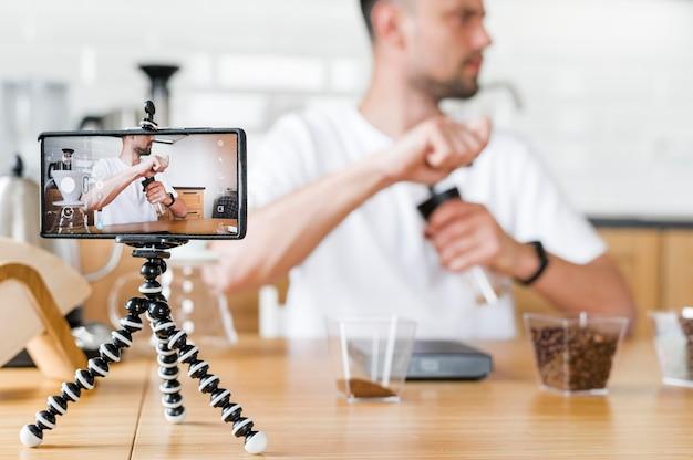 Hombre borroso grabando video