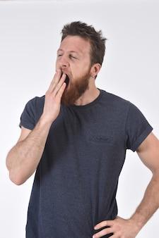 Hombre bostezando en blanco