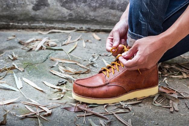 Hombre con botas de cuero marrón moda