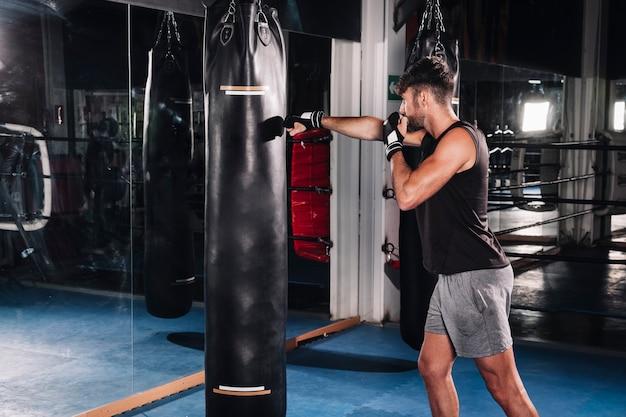Hombre boxeando en gimnasio