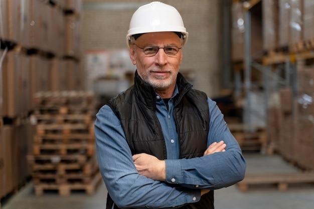 Hombre con los brazos cruzados trabajando en almacén
