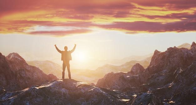 Hombre con los brazos extendidos en la cima de la montaña