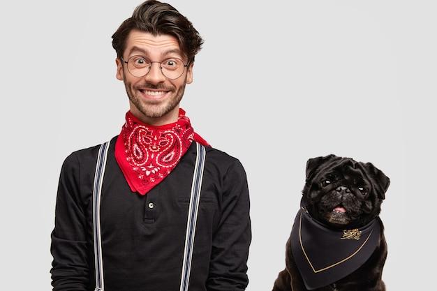 Hombre brunet elegante vestido con pañuelo rojo junto al perro
