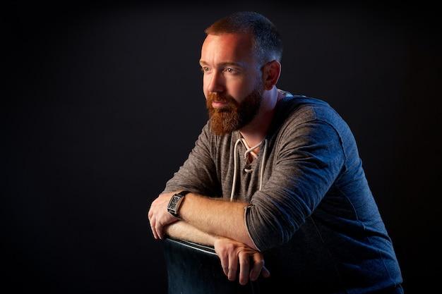 Un hombre brutal con barba