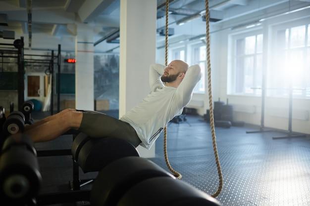 Hombre brutal haciendo ejercicio en el gimnasio