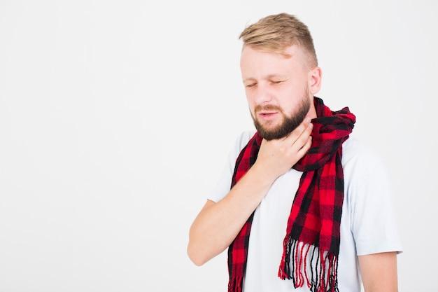 Hombre en bufanda con dolor de garganta