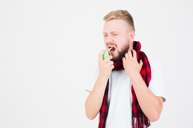 Hombre en bufanda usando spray