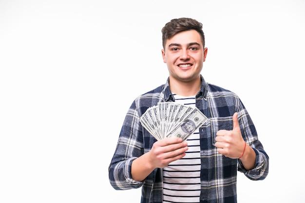 Hombre con cabello corto y oscuro sostenga fanático del dinero en la mano derecha