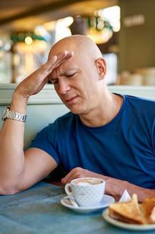 Hombre en un café en el desayuno