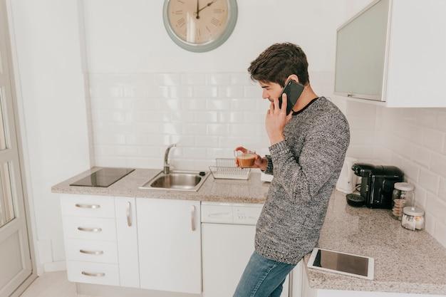 Hombre con café mar en el teléfono