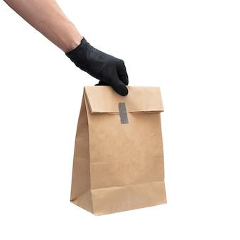 Hombre con caja de cartón y guantes medicinales. concepto de salud