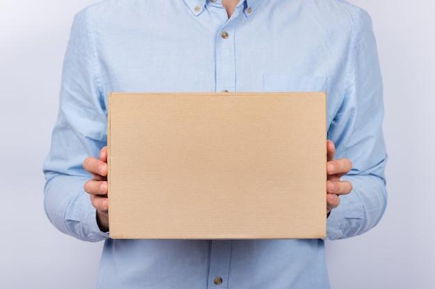 Hombre con caja de cartón. servicio de entrega.