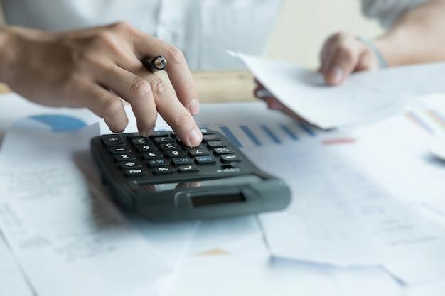 Hombre calculando facturas domésticas en casa
