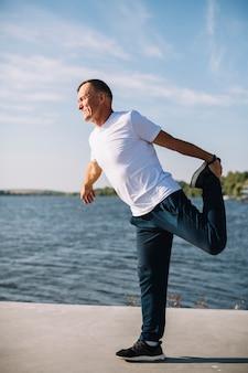 Hombre calentando para ejercicios