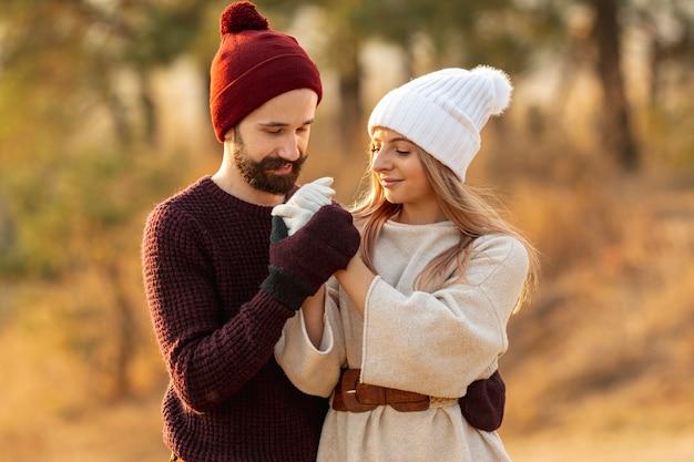Hombre calentando las manos de su amigo