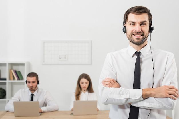 Hombre en call center