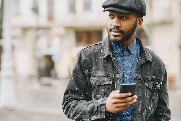 Hombre de la calle. concepto de negocio. chico con teléfono móvil.