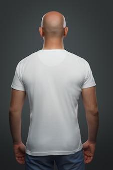 Hombre calvo en una camiseta
