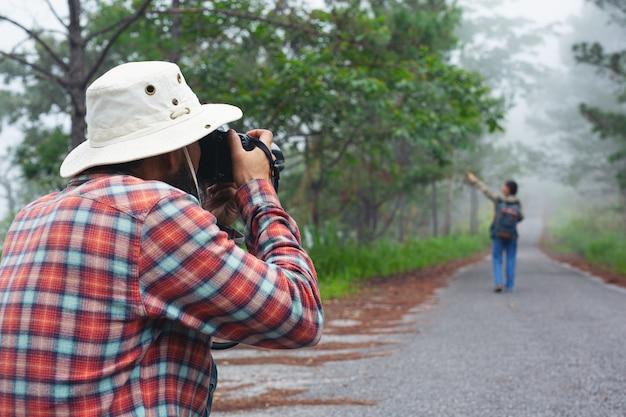 Un hombre con una cámara día mundial del fotógrafo.