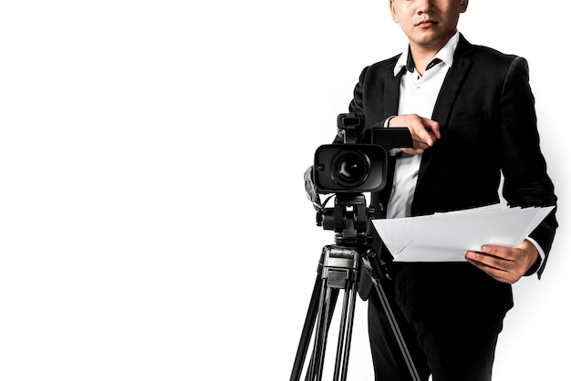 Hombre de la cámara de video en el fondo blanco