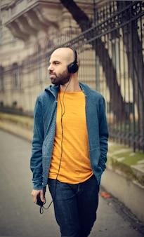 Hombre caminando con auriculares