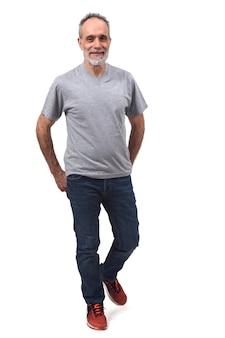 Hombre caminando en blanco