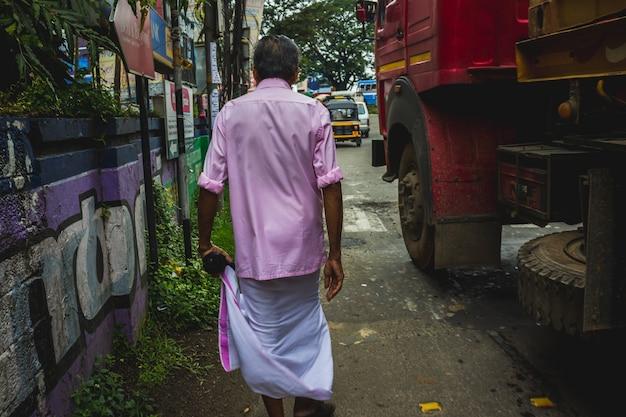 Hombre caminando por las calles de la india