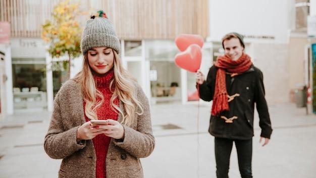 Hombre caminando a la mujer con globos