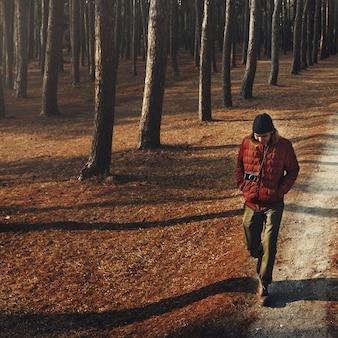 Hombre caminando solo acampando concepto wanderlust