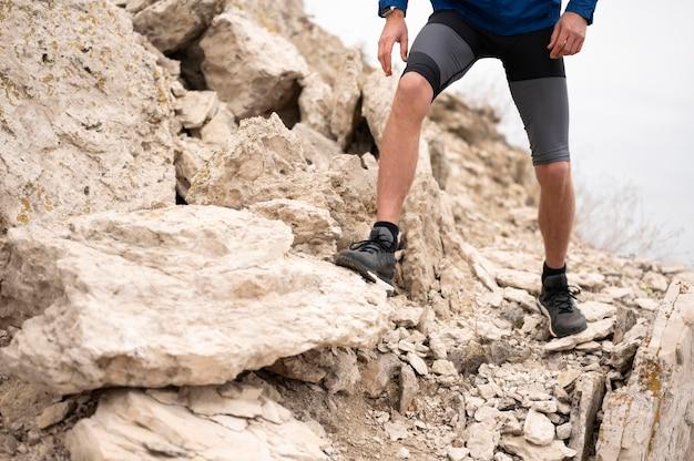 Hombre caminando a través de rocas en la naturaleza