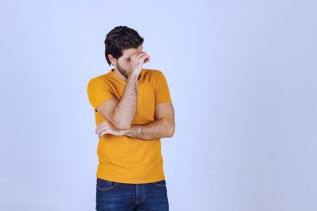 El hombre de camisa amarilla parece dudoso y pensando