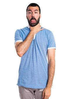Hombre con camisa azul ahogándose