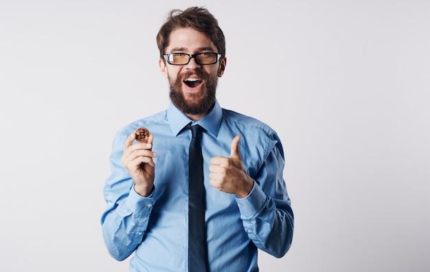 Hombre en camisa con corbata criptomoneda finanzas comercio electrónico bolsa. foto de alta calidad
