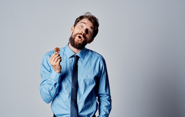 Hombre de camisa con corbata criptomoneda vista recortada de la tecnología de internet. foto de alta calidad