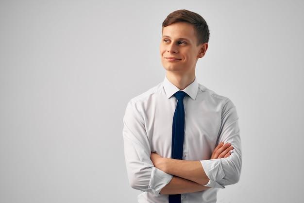 Hombre en camisa con corbata oficial de trabajo de gerente profesional