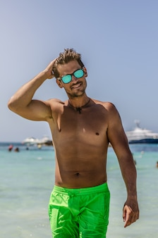 Hombre sin camisa disfrutando de la playa